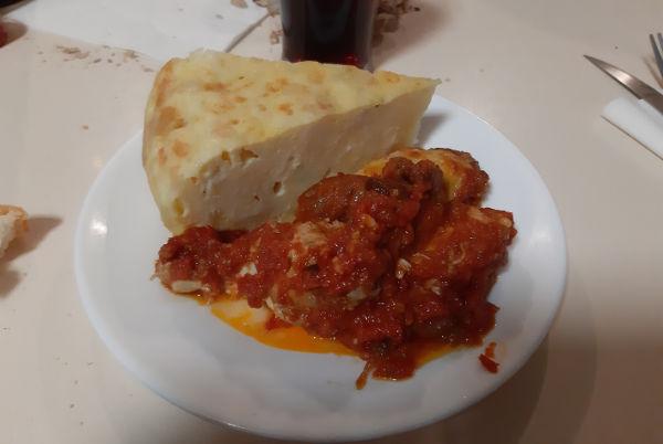 Tortilla patata y alitas con tomate