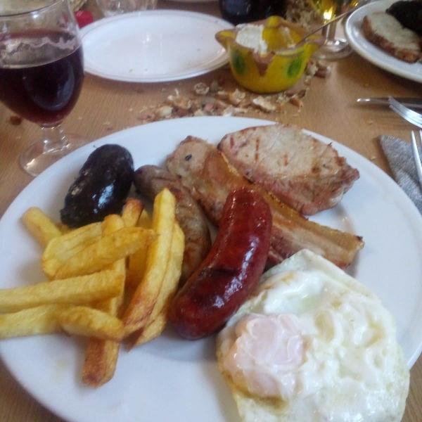 Plato con morcilla, lomo chorizo, huevo y patatas fritas