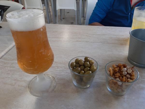Cerveza, mezcla y aceitunas